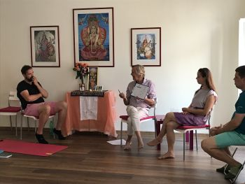 Kurz zahrnuje i velmi uspokojivé, logické pochopení techniky meditace