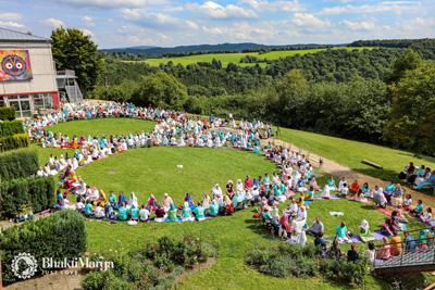 Mezinárodní dny OMC v ašrámu v Německu, kde nás zpívá více než 500 organizátorů z celého světa.